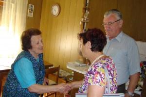 Čestitka predstavnice DU Milice in poverjenika Staneta, Magdi Novak za 90 let