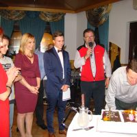 Slavljenec Tomaž piha svečke na torti