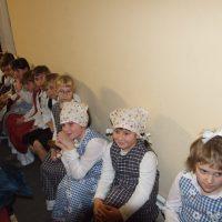 Učenci 2.razreda čakajo na nastop